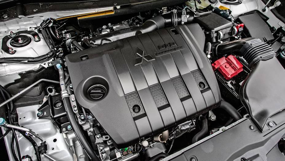 """Motor 2.2L a diesel tem 165 cavalos e 36,7 mkgf - <a href=""""http://quatrorodas.abril.com.br/carros/testes/mitsubishi-new-outlander-2-2l-diesel-870160.shtml"""" rel=""""migration"""">Leia mais</a>"""