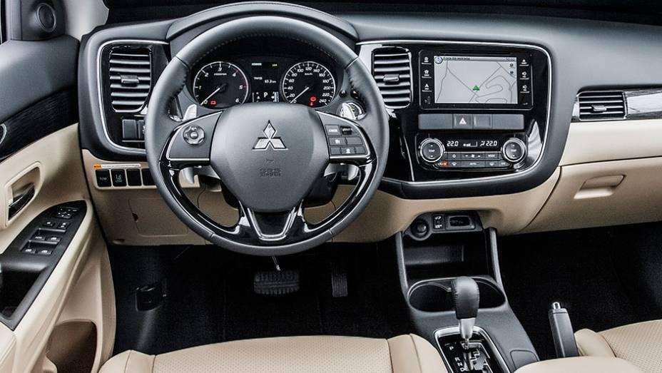 """Interior bem acabado, com materiais agradáveis ao toque e com peças bem encaixadas - <a href=""""http://quatrorodas.abril.com.br/carros/testes/mitsubishi-new-outlander-2-2l-diesel-870160.shtml"""" rel=""""migration"""">Leia mais</a>"""