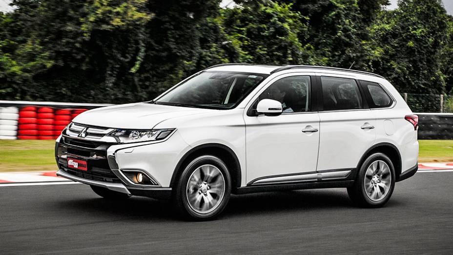 """A Mitsubishi, além da reestilização visual, promoveu mudanças em prol do melhor isolamento acústico da cabine - <a href=""""http://quatrorodas.abril.com.br/carros/testes/mitsubishi-new-outlander-2-2l-diesel-870160.shtml"""" rel=""""migration"""">Leia mais</a>"""
