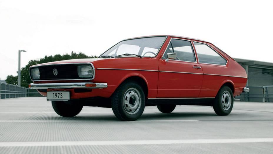 A primeira geração do Passat estreou na Europa em maio de 1973; com linhas assinadas por Giorgetto Giugiaro, vendeu 2,5 milhões de unidades em sete anos somente na Alemanha