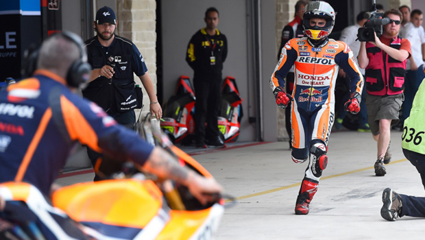 Marc Márquez correndo para pegar moto reserva