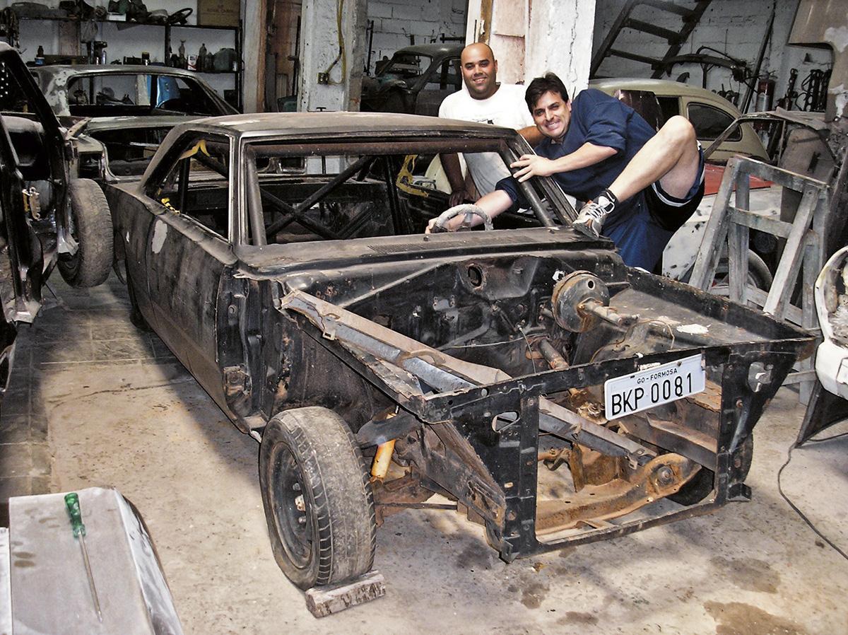 O último Dodge, um Dart 1981, foi encontrado sem capô e mecânica