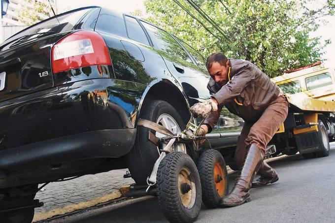 5697fd3c82bee121100a7514funcionario-da-cet-rebocando-automovel-estacionado-em-local-proibido-numa-rua-da.jpeg