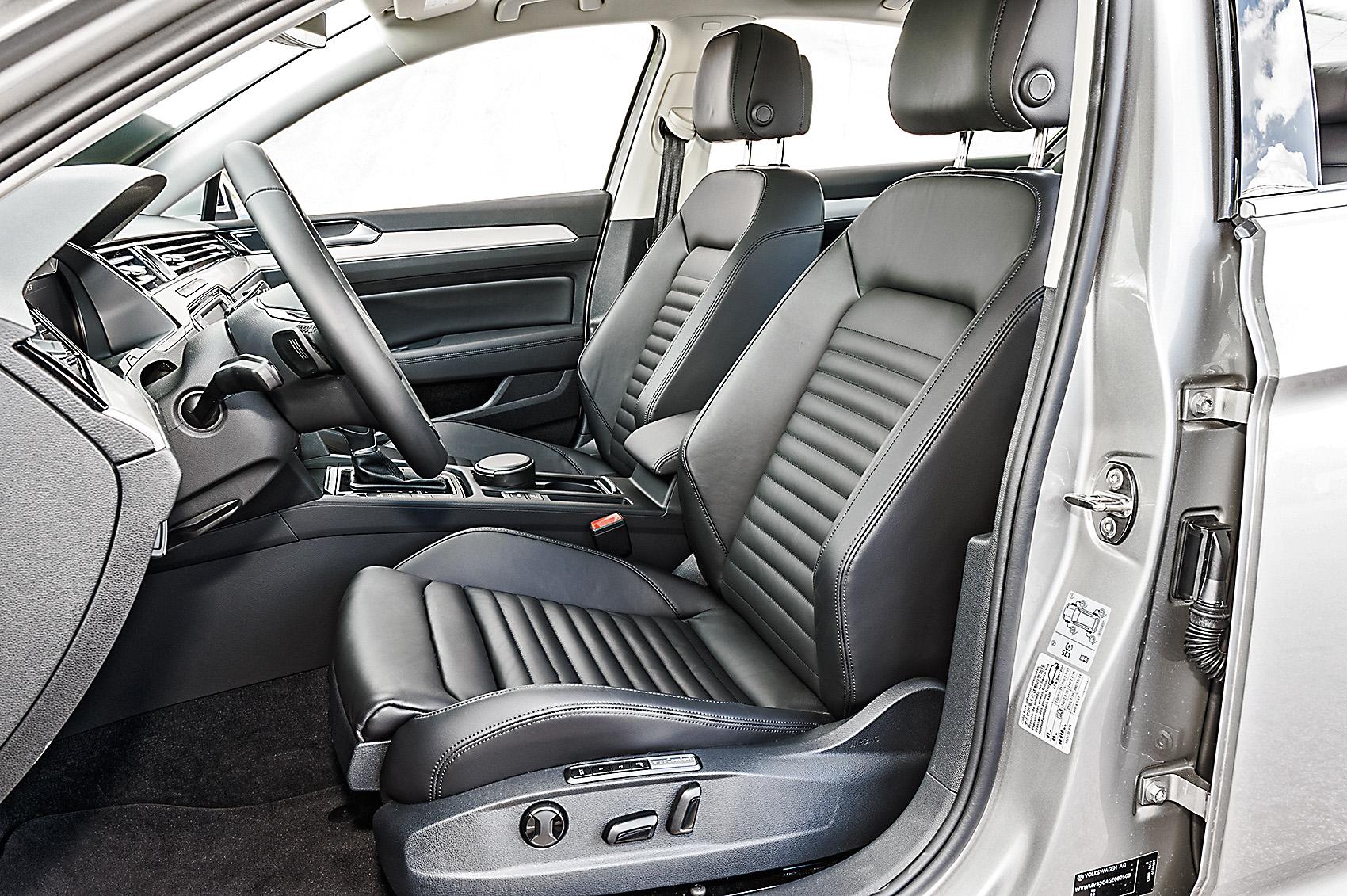 Os assentos dianteiros são elétricos e aquecíveis