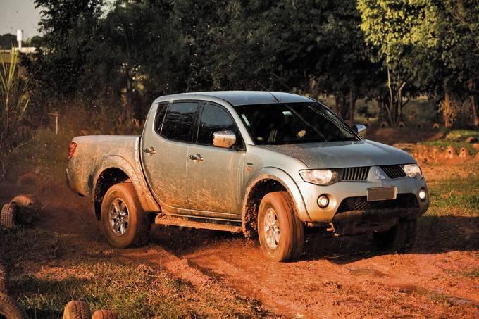 56d89e1b0e21630a3e1522bfl200-triton-picape-modelo-2008-da-mitsubishi-durante-teste-de-pneus-para-andar.jpeg