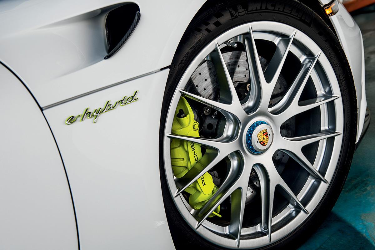 Os freios são do tipo regenerativo