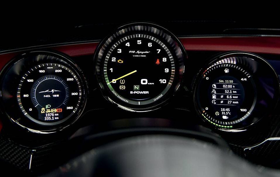 Os três mostradores (redondos, como manda a tradição) reúnem todas as informações do carro