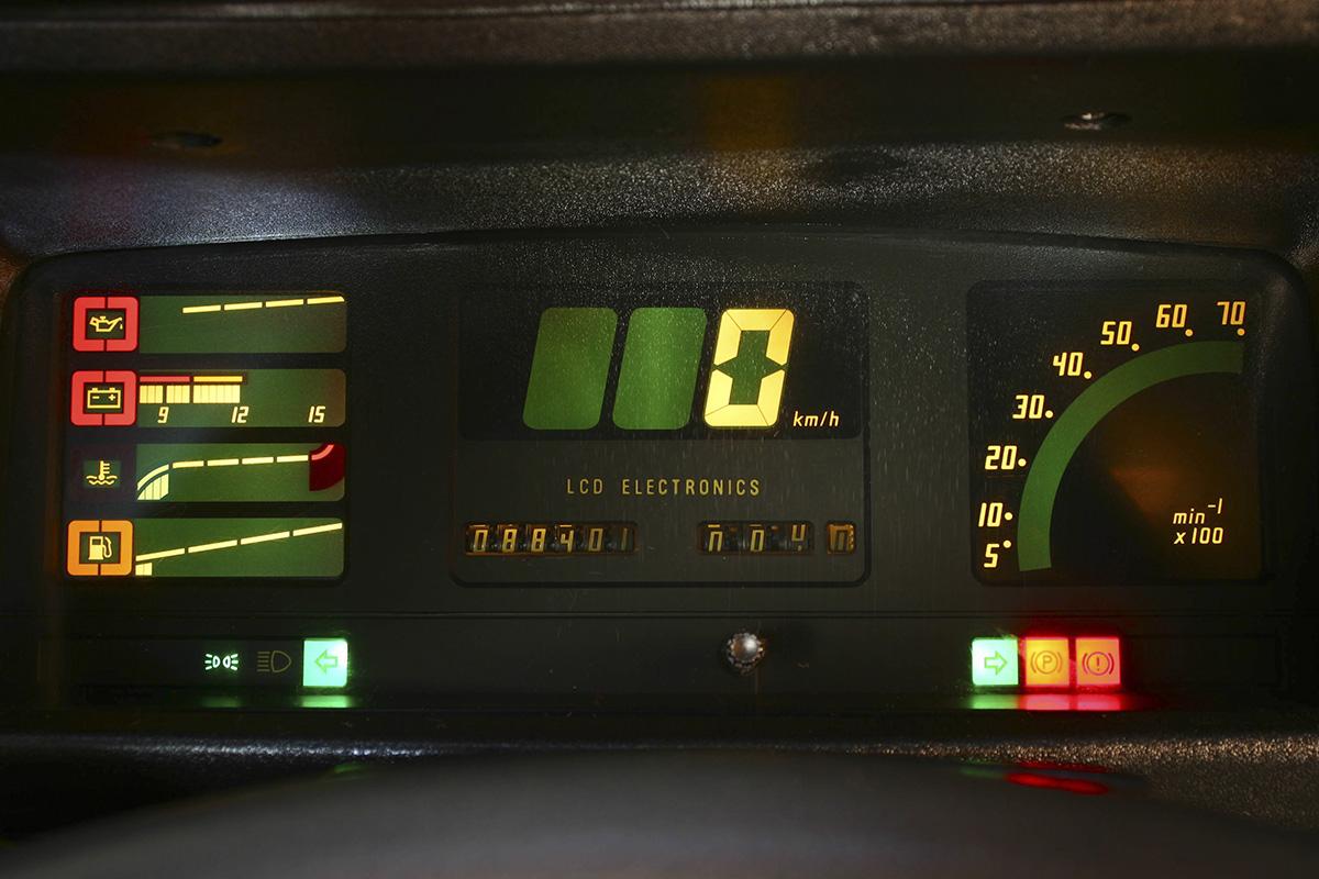 Painel com mostradores digitais do Monza Classic SE, da Chevrolet, modelo 1992