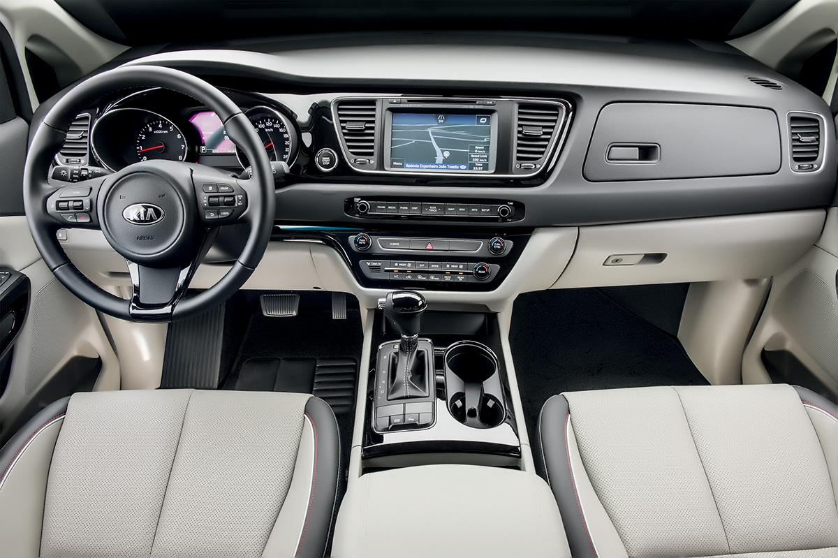 Acabamento em preto brilhante da Kia contrasta com os cromados da Chrysler