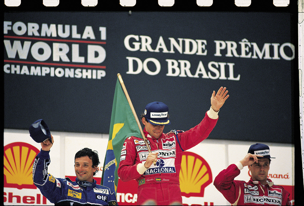 Ayrton Senna, da McLaren, comemorando a vitória no GP do Brasil de F1, entre Ric