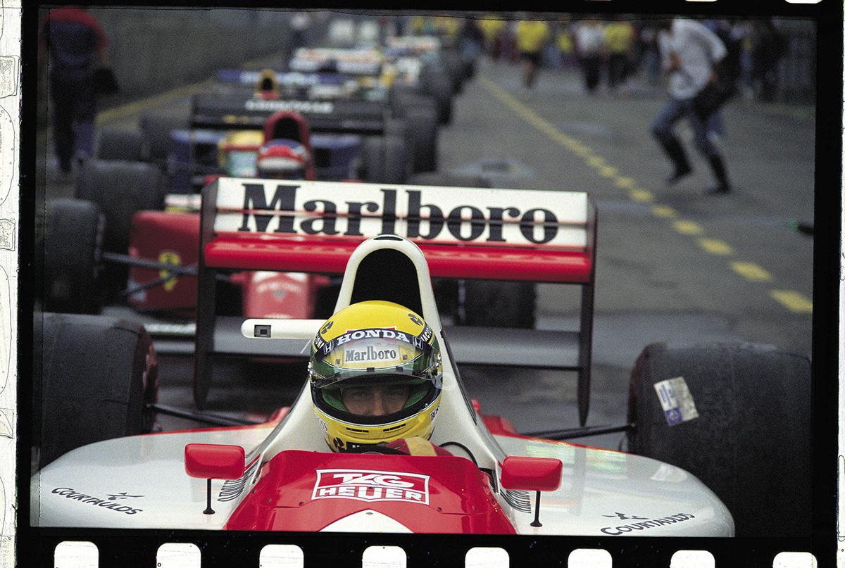 Ayrton Senna, da McLaren, no grid de largada, durante treino do GP do Brasil de
