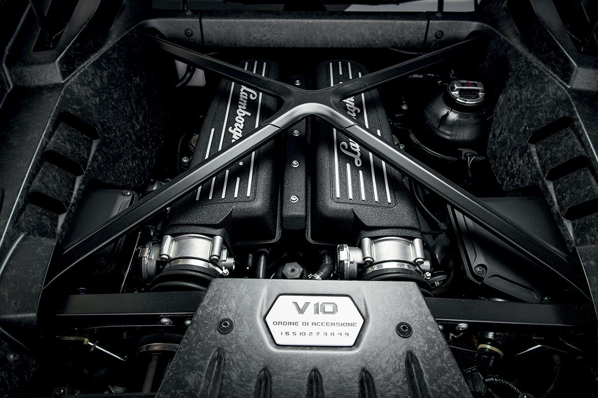 Motor V10 pulsa protegido por barras antitorção dispostas em X