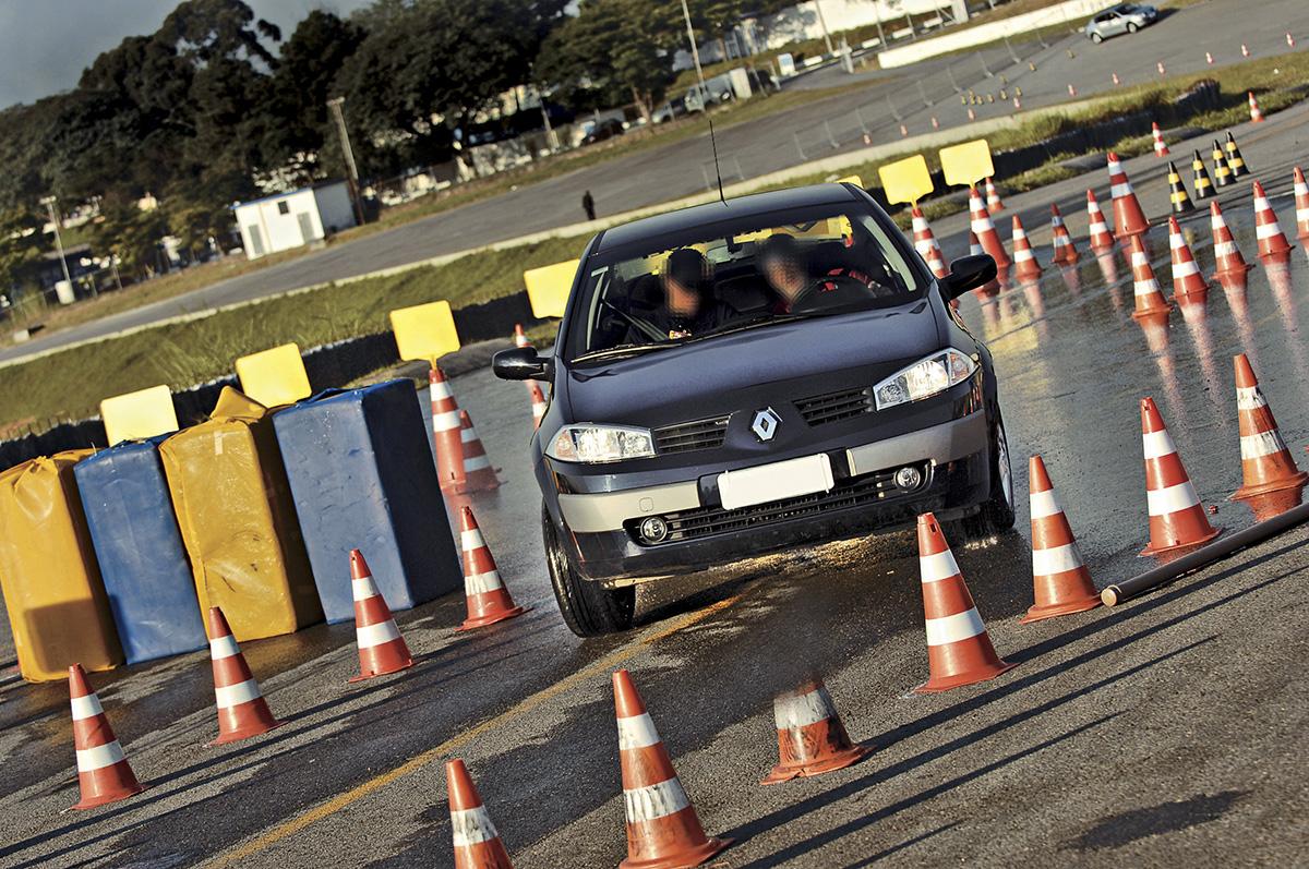 Mégane, da Renault, durante teste de freios com ABS, feito pelo Cesvi Brasil
