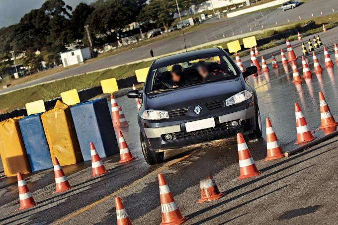 5704015d82bee10ed50a175emegane-da-renault-durante-teste-de-freios-com-abs-feito-pelo-cesvi-brasil-no.jpeg