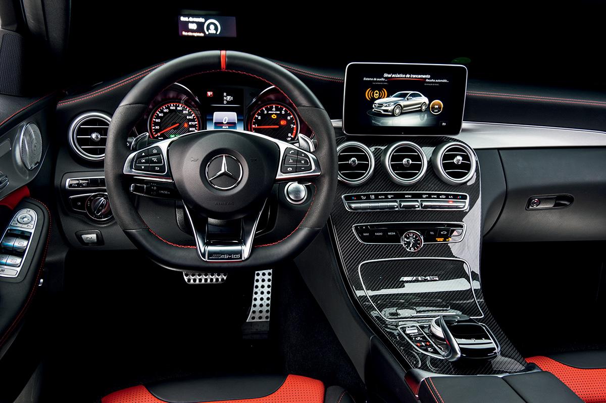 O AMG tem acabamento luxuoso, com couro, alumínio e fibra de carbono