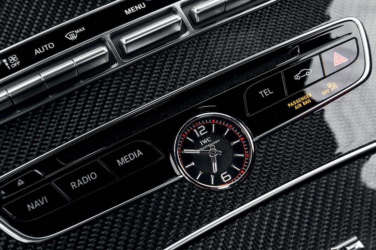Relógio da marca suíça IVC no console dá o toque de tradição e requinte