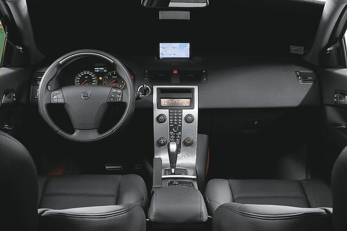 Interior do Volvo C30, modelo 2007, durante teste da revista Quatro Rodas