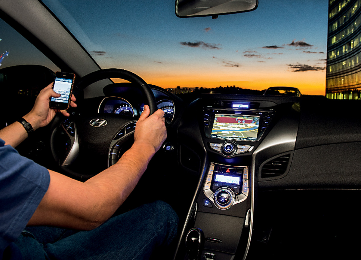 Motorista digita no celular ao volante