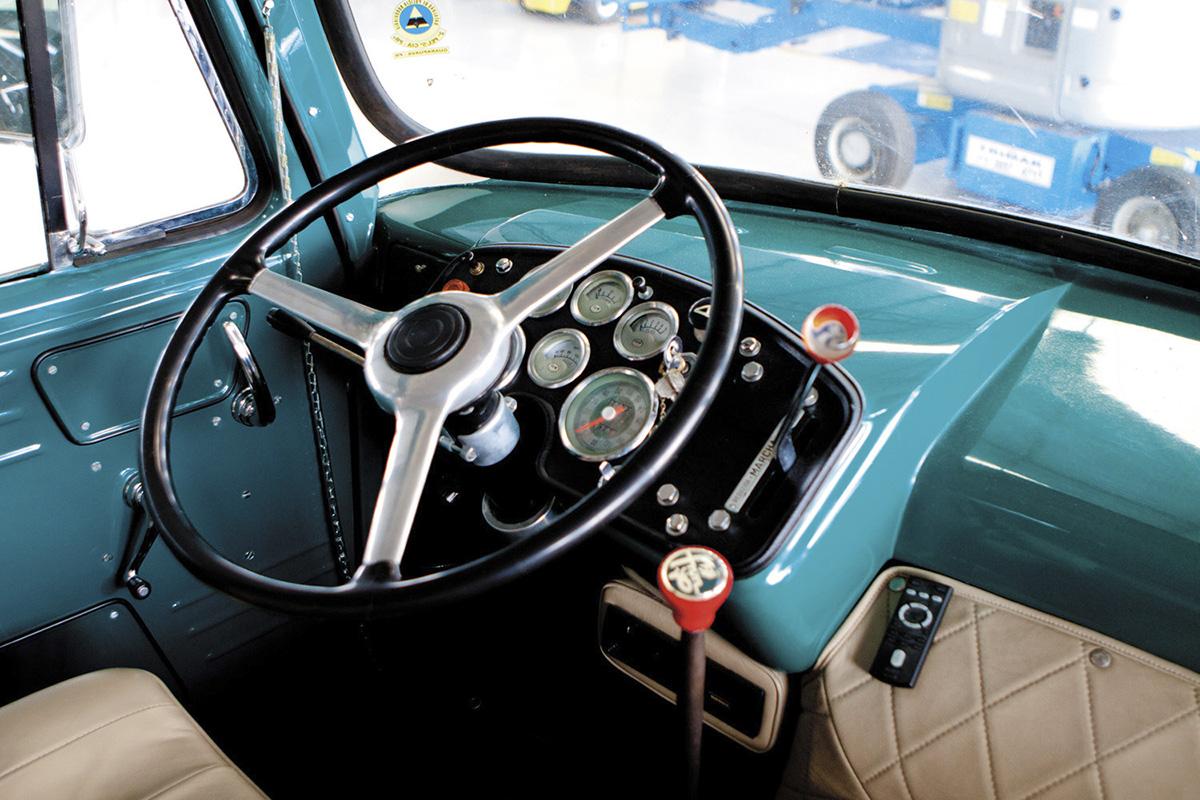 Interior de um caminhão FNM, de Osvaldo Tadeu Strada, programador e colecionador