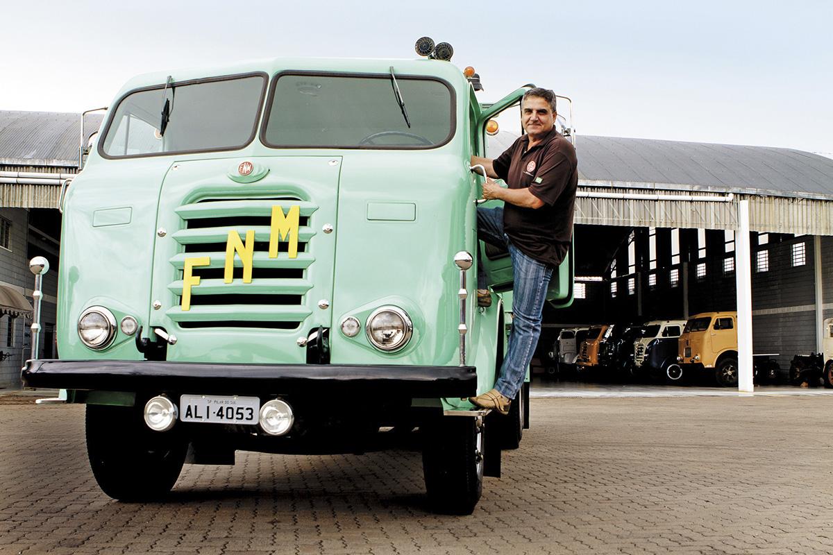 Osvaldo Tadeu Strada, programador e colecionador de caminhões FNM