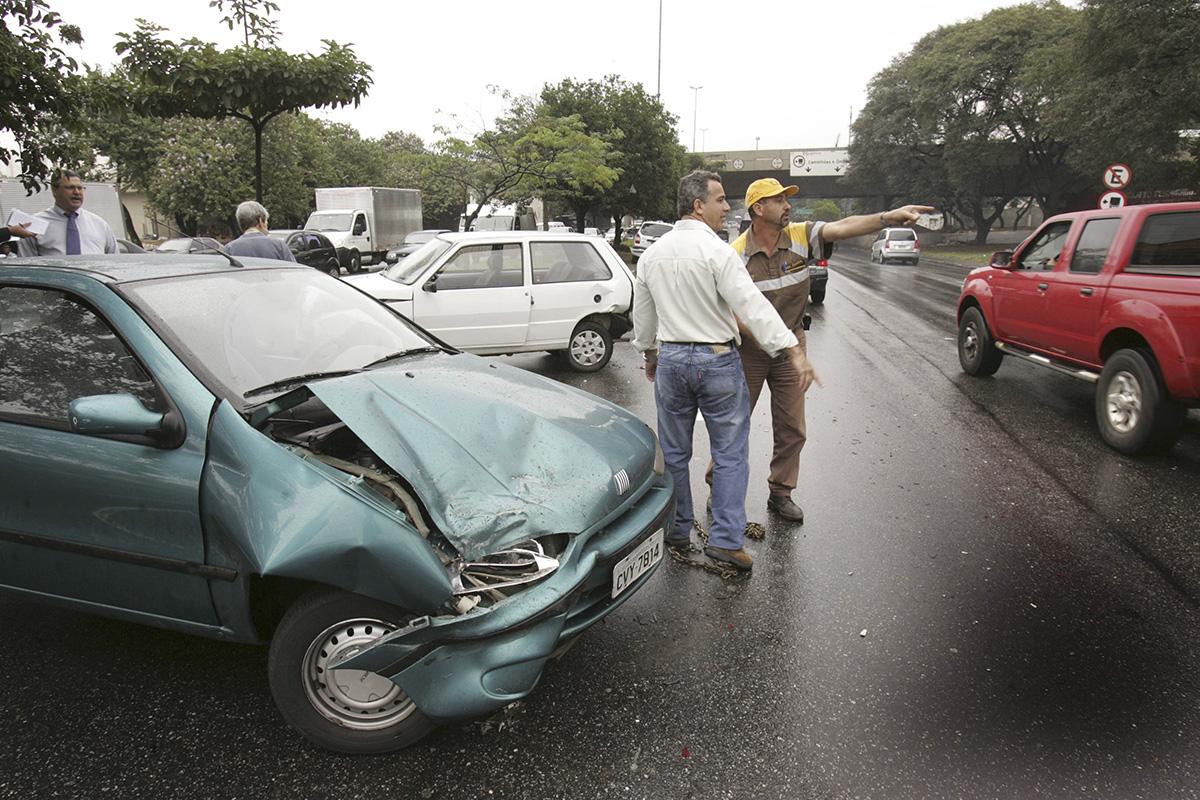Acidente de trânsito na Avenida dos Bandeirantes
