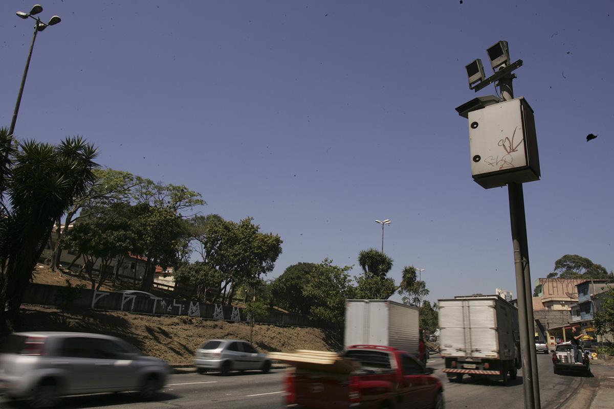 Radar campeão de multas na Avenida Salim Farah Maluf