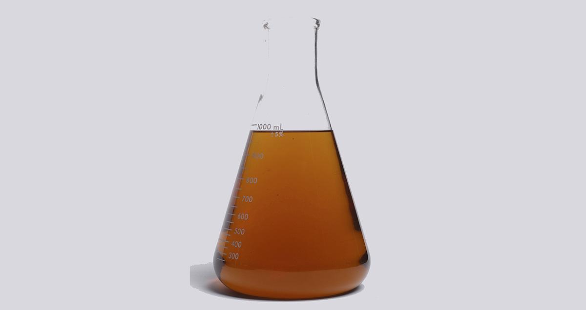 Frasco Erlenmeyer com gasolina aditivada, em teste de combustível realizado pela
