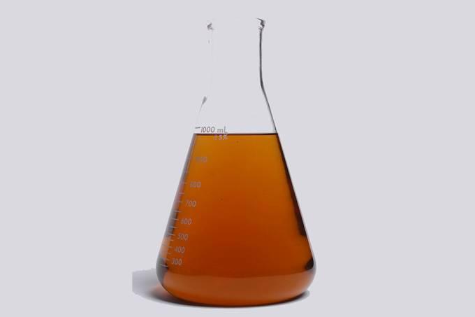 Frasco Erlenmeyer com gasolina aditivada teste de combustível