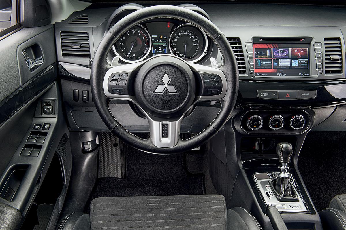 Subaru WRX STI x Mitsubishi LanCom exceção dos bancos, acabamento do interior é simples cer Evo X John Easton