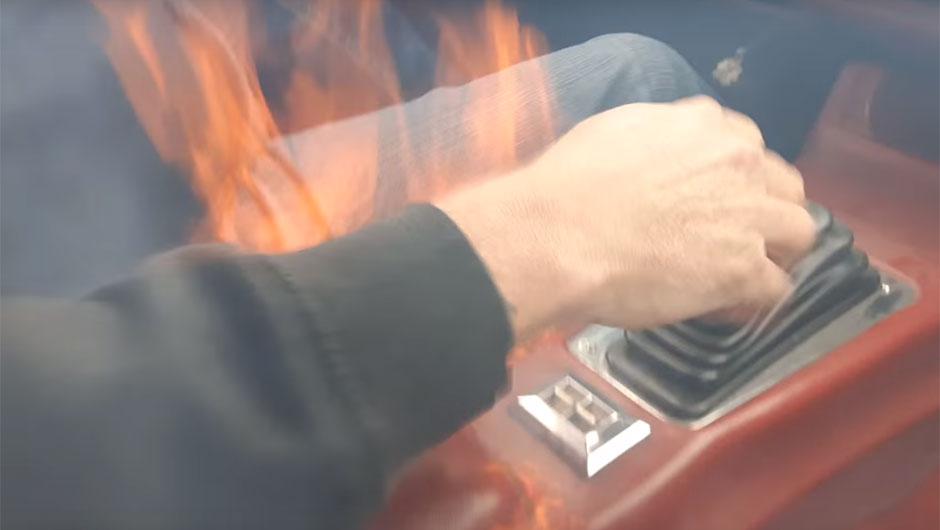 Camaro Z28 pega fogo
