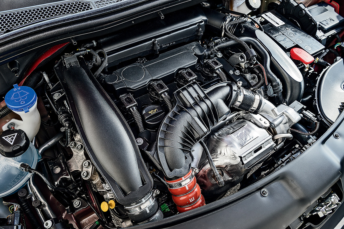 Peugeot 208 GT x Renault Sandero R.S.
