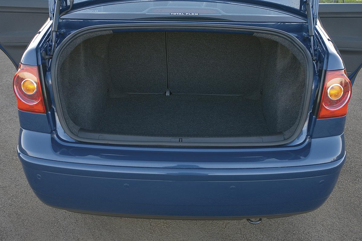 O porta-malas surpreende (432 litros) para o pequeno porte do sedã