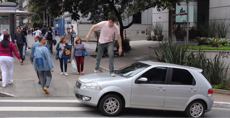 Carro sobre faixa de pedestres