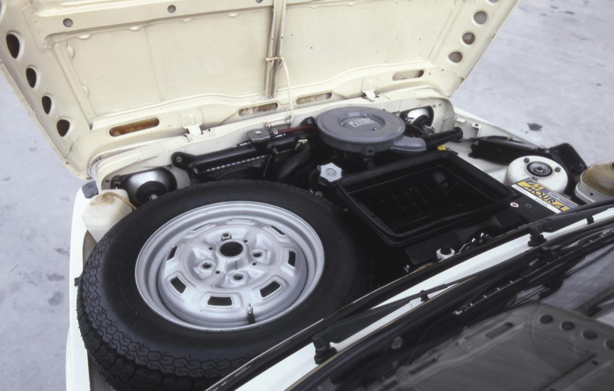Estepe sobre o motor do Fiat 147