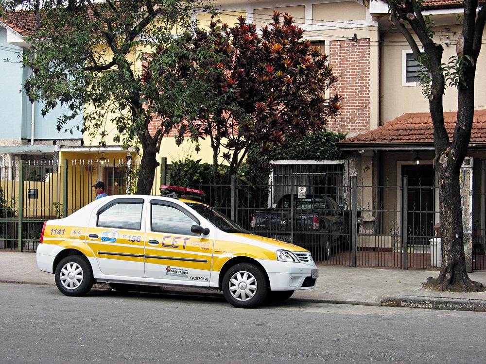 Automóvel da CET, estacionado em local proibido numa rua da cidade