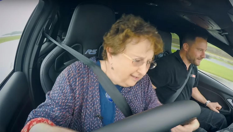 Idosa faz drift em um Focus RS