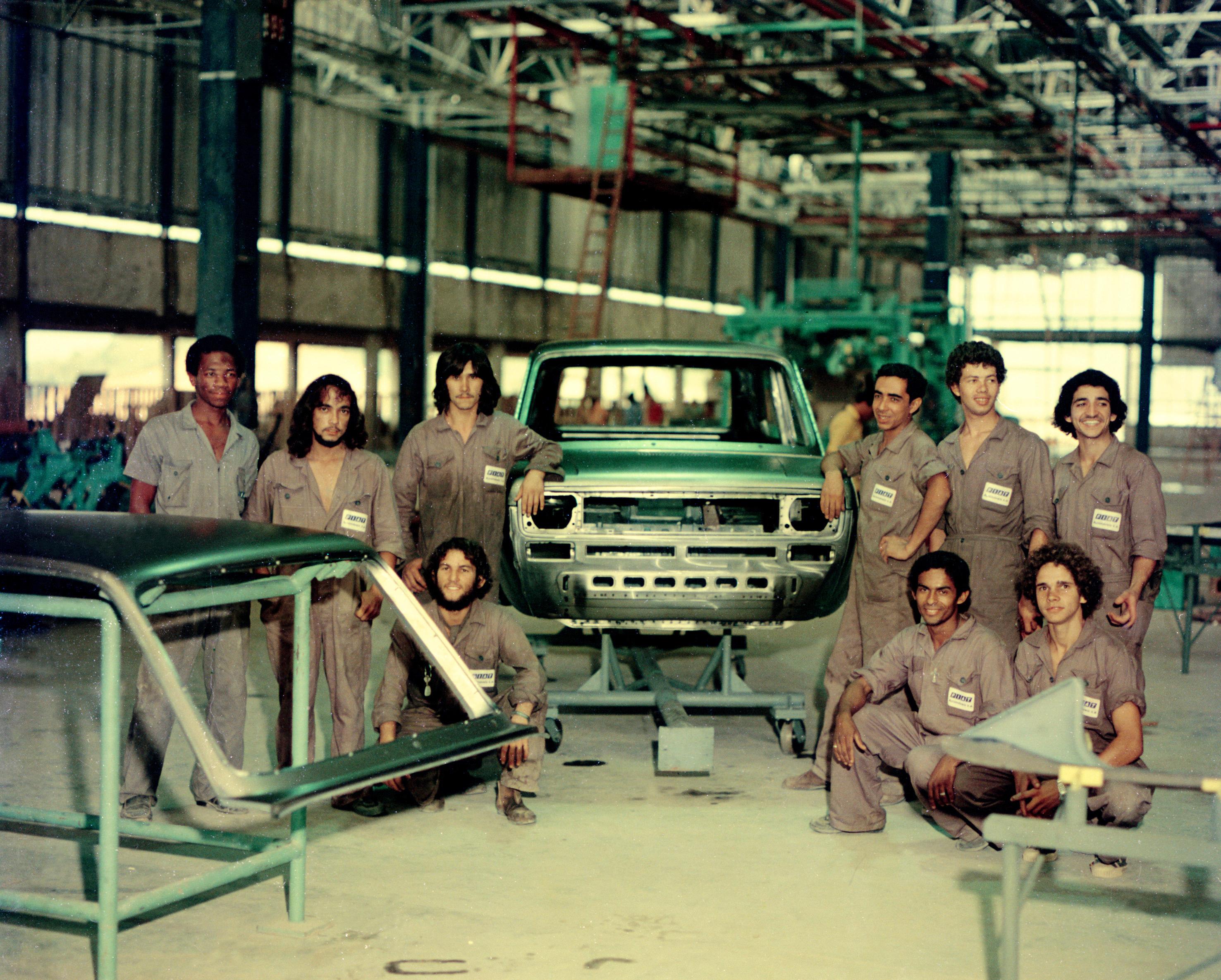 Trabalhadores na linha de montagem do Fiat 147