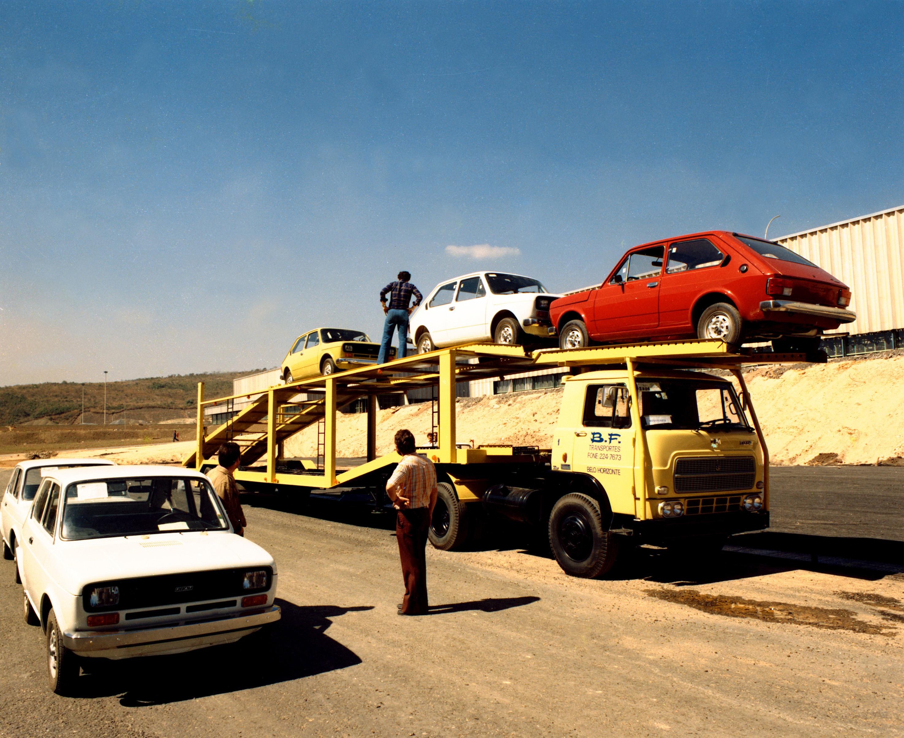 Carreta com unidades do Fiat 147 em Betim