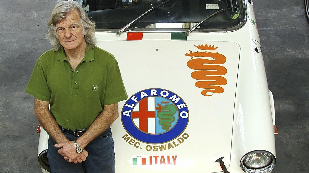 Oswaldo Barros com seu FNM 2150 de corrida, em foto de 2004