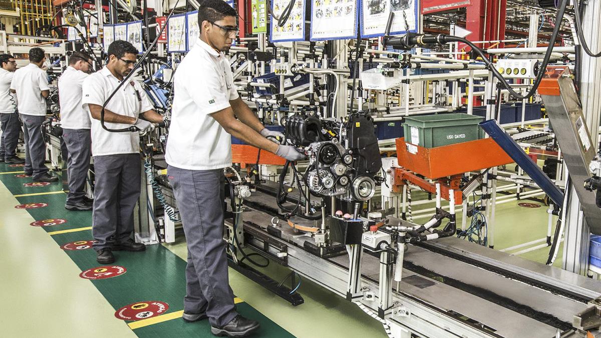 Linha de montagem de motores da Fiat em Betim (MG)