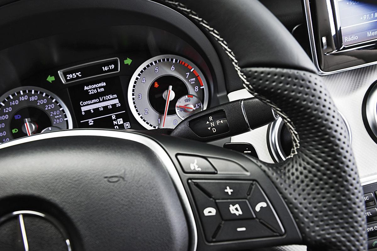 Alavanca de câmbio junto ao volante do Mercedes-Benz A 200 Urban