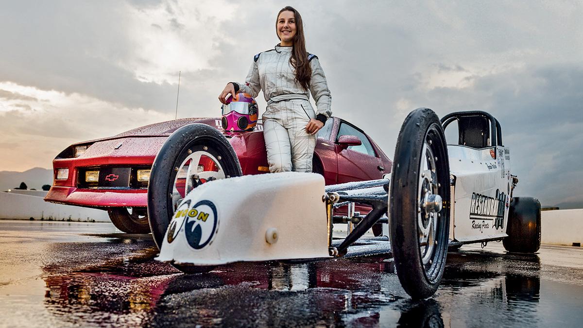 Isabela com seu Camaro de 700 cv e o dragster que usava aos 11 anos nas pistas de arrancada