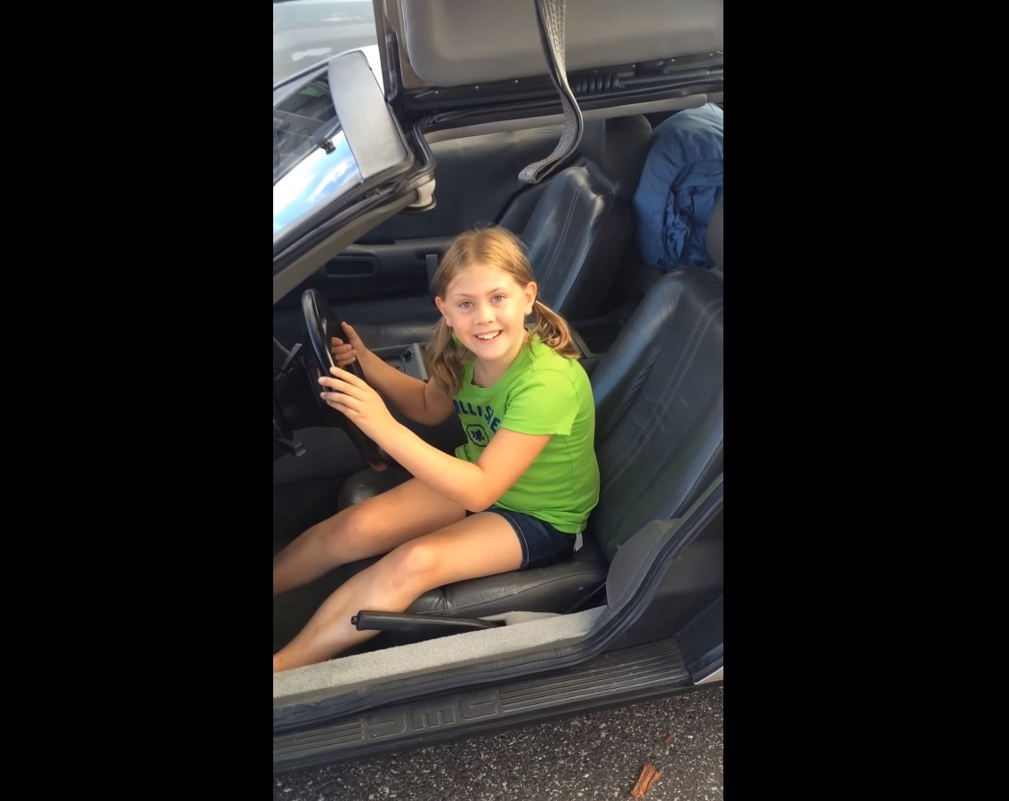 Menina fica eufórica ao ganhar um DeLorean DMC-12