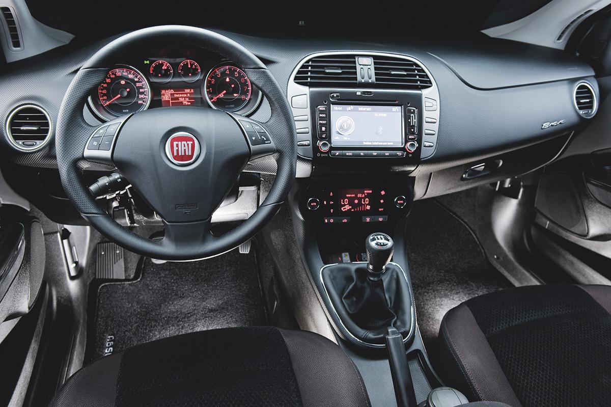 Ar-condicionado digital e volante multifuncional são da versão Absolute