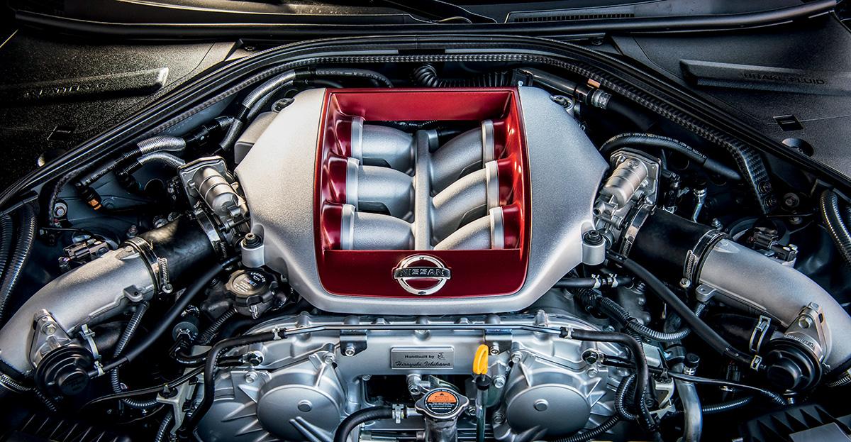 Motor V6 de 3,8 litros gera 572 e é montado à mão por takumis (mestres-artesãos) na fábrica de Yokohama