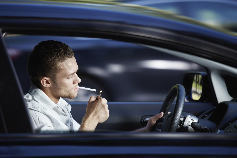 Fumar ao volante pode render multa