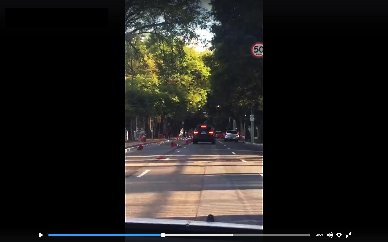 Motorista em SUV de luxo derruba cones em São Paulo