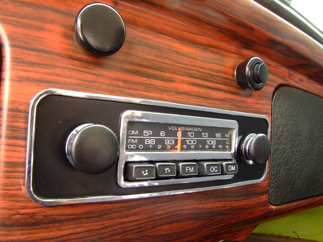 Rádio-no-painel-do-Fusca-1500-modelo-1973-da-Volkswagen