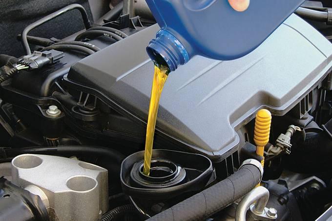 58122d810e216302700a7cf3oleo-lubrificante-sendo-colocado-no-motor-de-automovel.jpeg