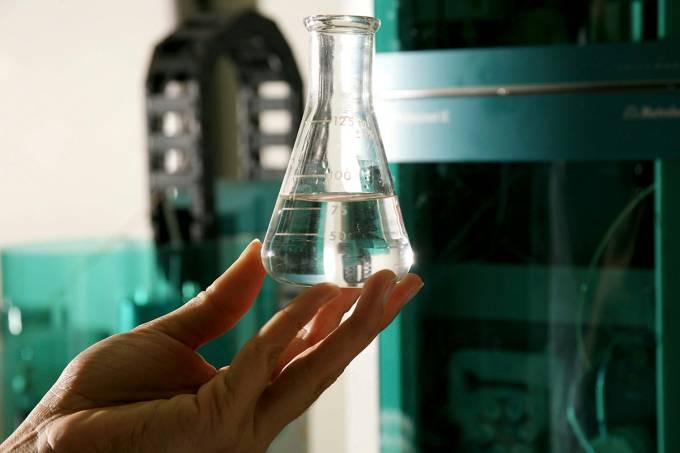 Frasco com etanol no Laboratório de Análise do CTC
